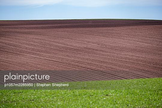 Gepflügtes Feld auf sanftem Hügel - p1057m2285950 von Stephen Shepherd