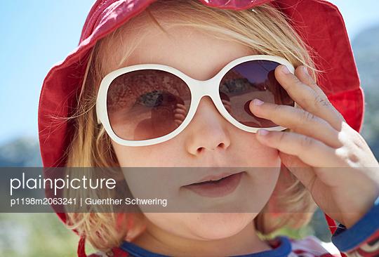 Kind mit weißer Sonnenbrille - p1198m2063241 von Guenther Schwering