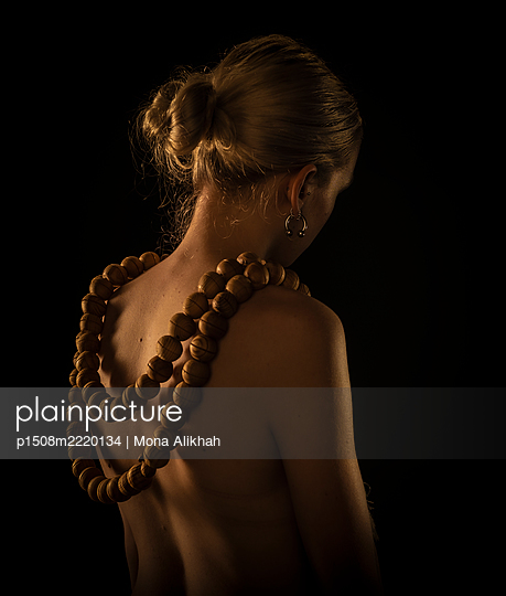 Naked woman with giant wooden necklace - p1508m2220134 by Mona Alikhah