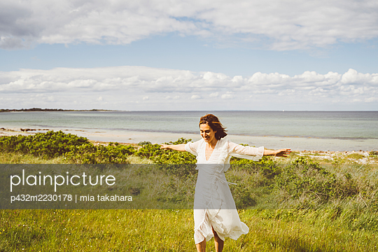 Frau genießt die Stimmung am Meer - p432m2230178 von mia takahara