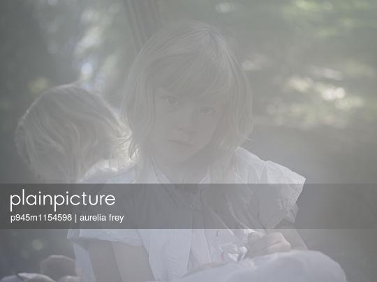 Spiegelbild eines blonden Mädchens - p945m1154598 von aurelia frey