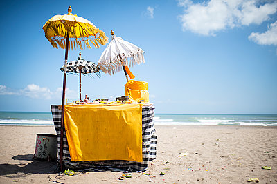 Altar on the beach - p1007m2099068 by Tilby Vattard