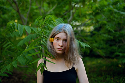 Portrait of young woman at the edge of the woods - p1646m2264258 by Slava Chistyakov
