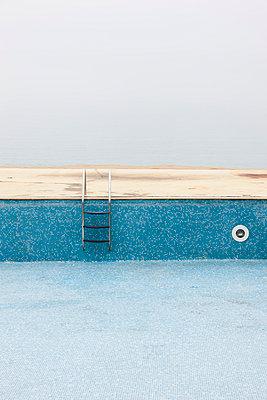 Pool nach Saisonende - p248m954166 von BY