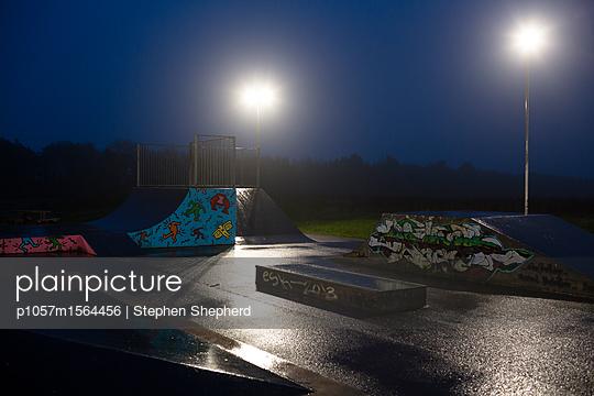 Nacht in einem verlassenen Skatepark - p1057m1564456 von Stephen Shepherd
