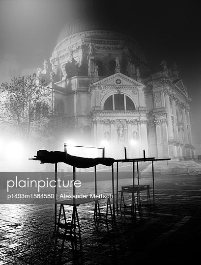 Basilika Santa Maria della Salute im Nebel, am Vorabend des Salute-Fests - p1493m1584580 von Alexander Mertsch