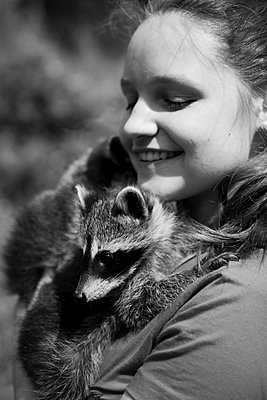 Young woman with racoon - p1195m1071096 by Kathrin Brunnhofer