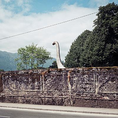 Dinosaurier hinter einer Mauer, Dinosaurier-Museum, Asturien - p1542m2142315 von Roger Grasas