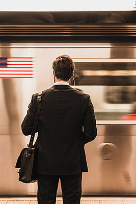 Young businessman waiting at metro station platform - p300m1191679 by Uwe Umstätter