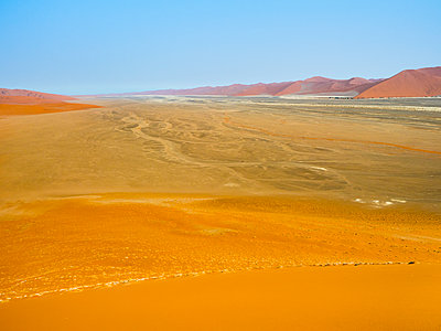 Africa, Namibia, Namib Wüste, Naukluft National Park, Sossusvlei, View from Dune 45 - p300m1568379 by Roy Jankowski