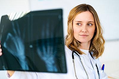 Female radiologist examining X-ray in medical clinic - p300m2265451 by Giorgio Fochesato