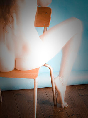 Act of a nude woman on a chair - p567m720737 by Sandrine Agosti Navarri