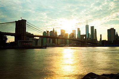 View of Brooklyn Bridge with skyline - p623m2186255 by Pablo Camacho