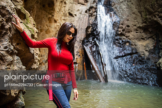 Thai woman exploring Pam Bok waterfall close to Pai in north Thailand - p1166m2294733 by Cavan Images