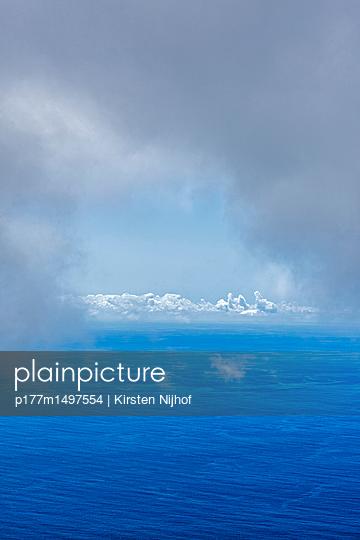 Meerblick mit Wolkenhimmel - p177m1497554 von Kirsten Nijhof