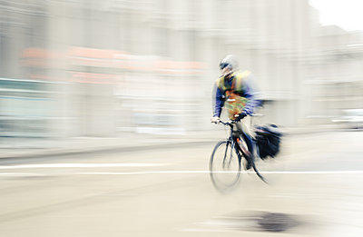 Bike courier on the move - p1335m1216545 by Daniel Cullen