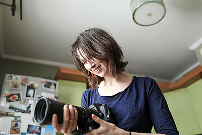 Woman enjoying her new lens - p300m1587226 von Katharina Mikhrin