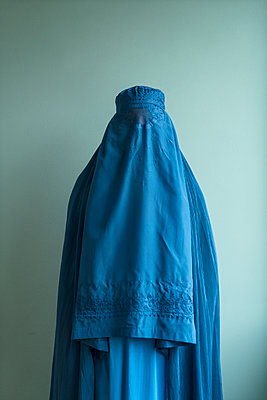 Young woman wearing Burka - p427m2092576 by Ralf Mohr