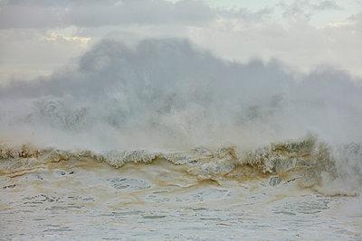 Brechende Wellen am Strand von Nazaré - p719m2081953 von Rudi Sebastian