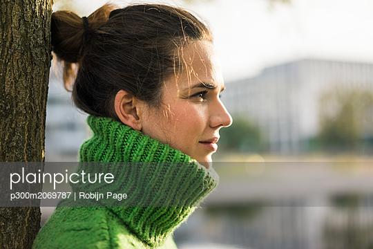 plainpicture - plainpicture p300m2069787 - Profile of relaxed woman we... - DEEPOL by plainpicture/Robijn Page
