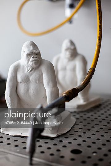 Gorilla sculptures made of plaster - p795m2184449 by JanJasperKlein