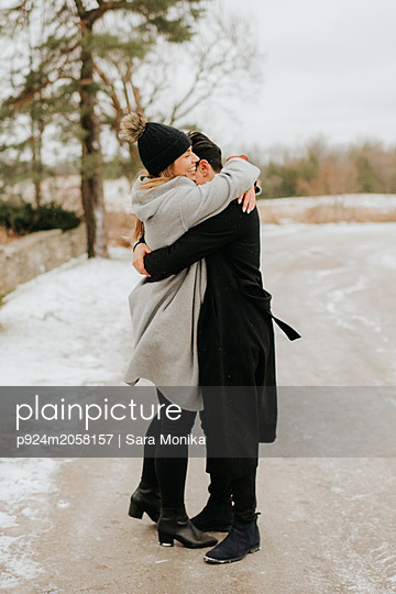 Couple hugging in snowy landscape, Georgetown, Canada - p924m2058157 by Sara Monika