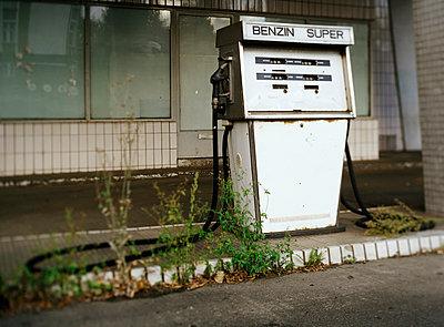 Verlassene Tankstelle - p2370176 von Thordis Rüggeberg