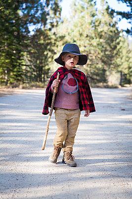 Little boy hiking in Yosemite National Park - p756m1496081 by Bénédicte Lassalle