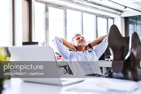 plainpicture - plainpicture p300m1568071 - Relaxed mature businessman ... - plainpicture/Westend61/HalfPoint