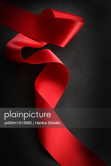 Rotes Band auf schwarzem Hintergrund     - p450m1513082 von Hanka Steidle