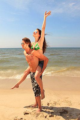 Couple on the beach - p0452637 by Jasmin Sander