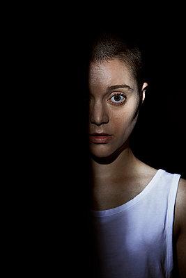 Androgyne junge Frau - p1540m2211031 von Marie Tercafs