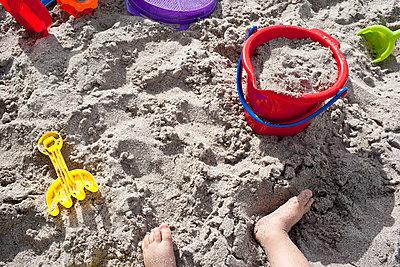 Am Strand spielen - p535m815693 von Michelle Gibson