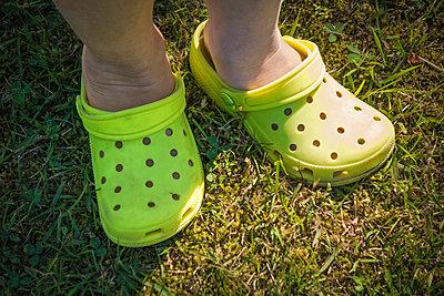 Kleiner Junge hat Schuhe falsch herum an - p1418m1571761 von Jan Håkan Dahlström