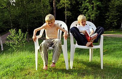 Zwei Jungs in der Sonne - p1650201 von Andrea Schoenrock