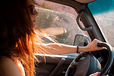 Young woman with windswept hair driving a car - p300m2041569 by VITTA GALLERY