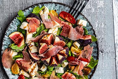 herbstlicher Salat mit Feigen, Rucola, Mozzarella, Tomaten, Parmaschinken - p300m2155721 von Sandra Roesch