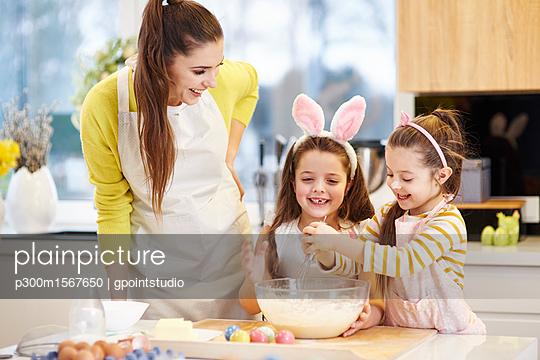 plainpicture - plainpicture p300m1567650 - Happy mother and daughters ... - plainpicture/Westend61/gpointstudio