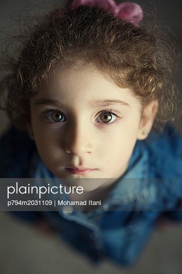 Hübsches kleines Mädchen blickt in die Kamera - p794m2031109 von Mohamad Itani