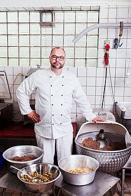 Koch in einer Großküche - p1271m1539989 von Maurice Kohl