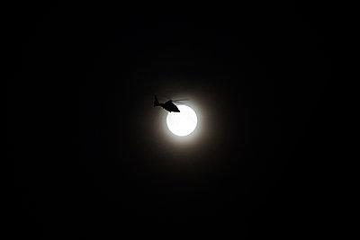 Hubschrauber im Mondschein - p858m1475068 von Lucja Romanowska