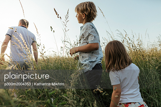 Siblings following their father in nture - p300m2004353 von Katharina Mikhrin