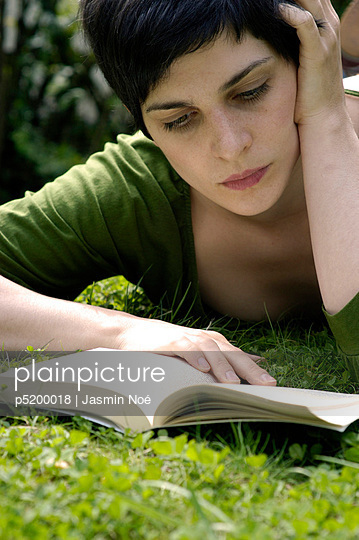 Ein Buch lesen - p5200018 von Jasmin Noé