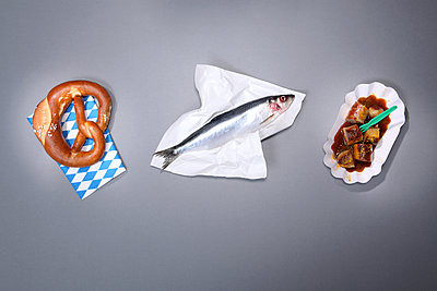 Pretzel, Fisch and currywurst - p237m2071724 by Thordis Rüggeberg