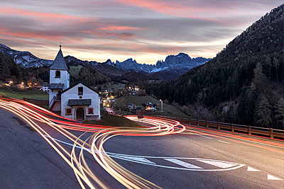 Lights of car trails around the Church of San Cipriano, Tires Valley, Dolomites, South Tyrol, Bolzano province, Italy, Europe - p871m1554871 by Roberto Moiola