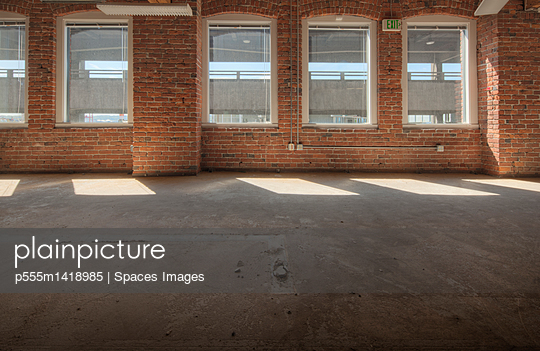plainpicture | Photo library for authentic images - plainpicture p555m1418985 - Empty office space under co... - plainpicture/Blend Images/Spaces Images