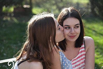 Freundinnen im Garten - p046m729162 von Hexx