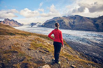 Frau blickt über den Skaftafell Gletscher - p1305m1190722 von Hammerbacher