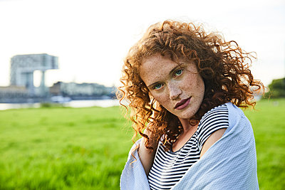 Germany, Cologne, portrait of redheaded freckled young woman - p300m2028994 by Jo Kirchherr