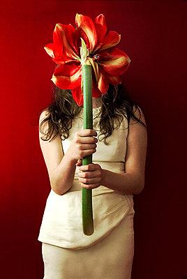 Hinter Blumen - p6780057 von Christine Mathieu